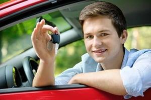 jeune conducteur au volant
