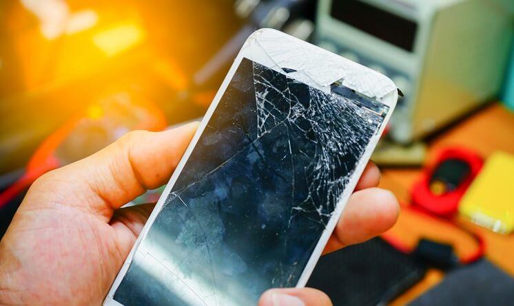 Ecran cassé de téléphone qui ne s'allume plus