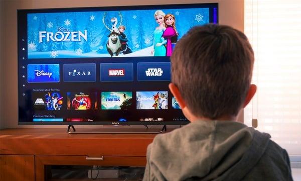 un enfant regarde Disney+ sur sa TV connectée Philips