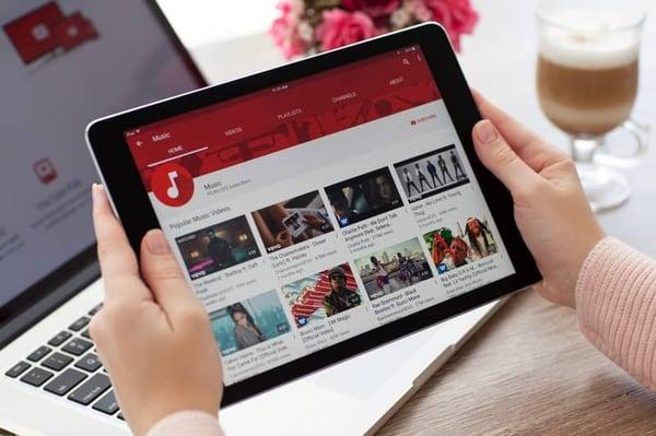 Regarder une vidéo sur youtube nécessite entre 1 et 20  Mb/s de bande passante selon la qualité.