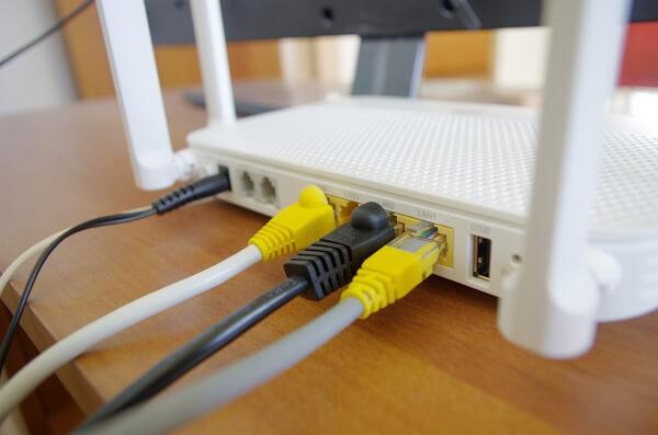 Câble ethernet branché à une box Internet