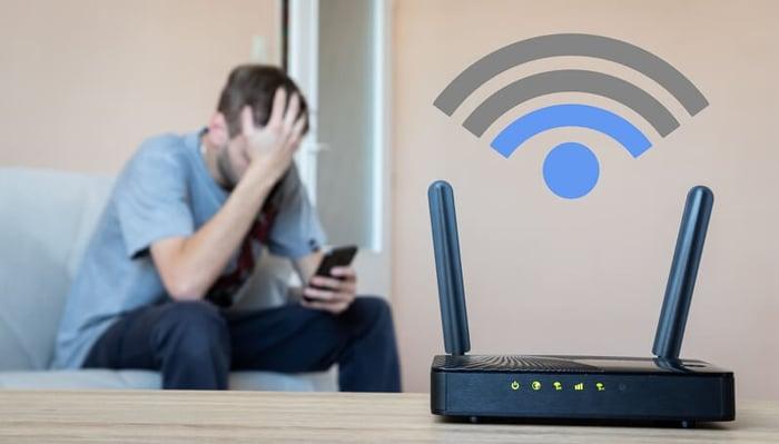 Un homme n'arrive pas à se connecter à Internet à cause du mauvais réseau Wi-Fi