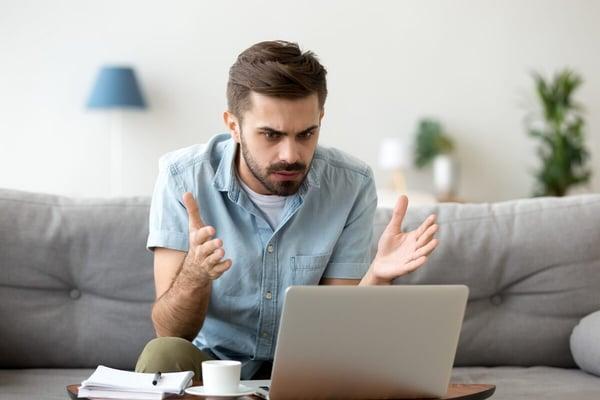 Un homme s'énerve de sa mauvaise connexion Internet