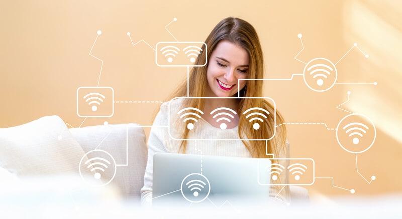 Une femme attribue des réseaux -Wi-Fi à ses différents appareils