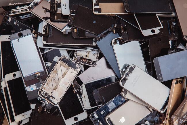 Un tas d'iPhone cassé au recyclage