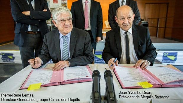 Signature contrat de prêts par Jean-Yves Le Drian, Président de Mégalis Bretagne et Pierre-René Lemas, Directeur Général du groupe Caisse des Dépôts
