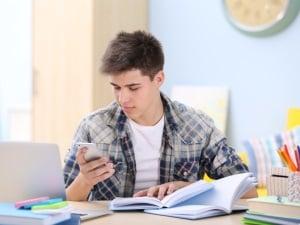 Pas de smartphone pendant les repas et les devoirs