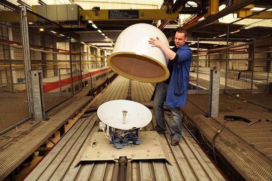 Installation d'une parabole satellite sur un TGV
