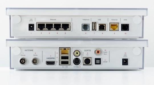 Le modem et le décodeur Freebox Crystal vus de dos
