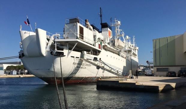 Le câblier Raymond Croze à quai dans le port de La Seyne sur Mer