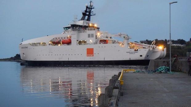 Le Pierre de Fermat, le plus récent navire d'Orange Marine, quitte le port de Brest.