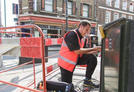 Technicien Virgin Media posant de la fibre en Angleterre