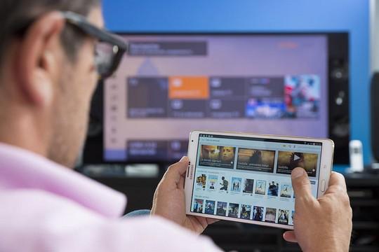 Un abonné Orange regarde une vidéo à la demande sur une tablette