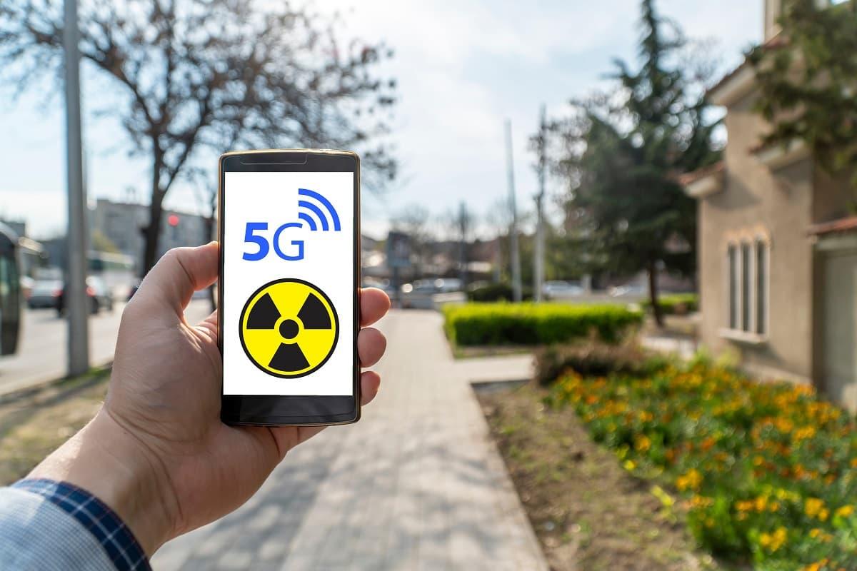 Des associations veulent empêcher le déploiement du réseau mobile 5G.