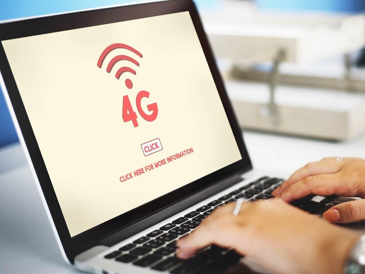 Une personne utilise Internet sur ordinateur via une box 4G pour améliorer son débit