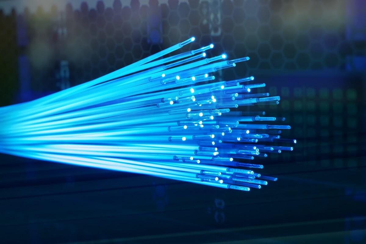 Brins de fibre optique illuminés par de la lumière bleue