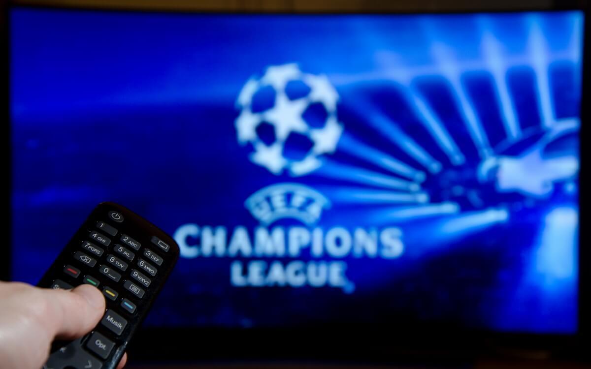 Une personne regarde la Champions League à la télé