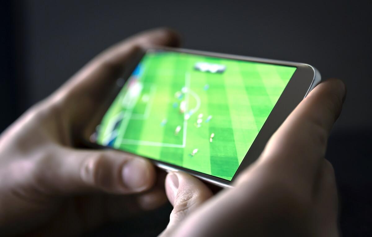Une personne regarde du football en streaming sur son téléphone