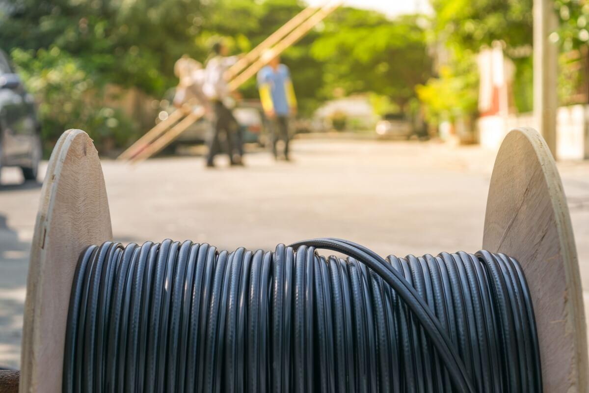 Un touret de fibre optique déployée en zone rurale