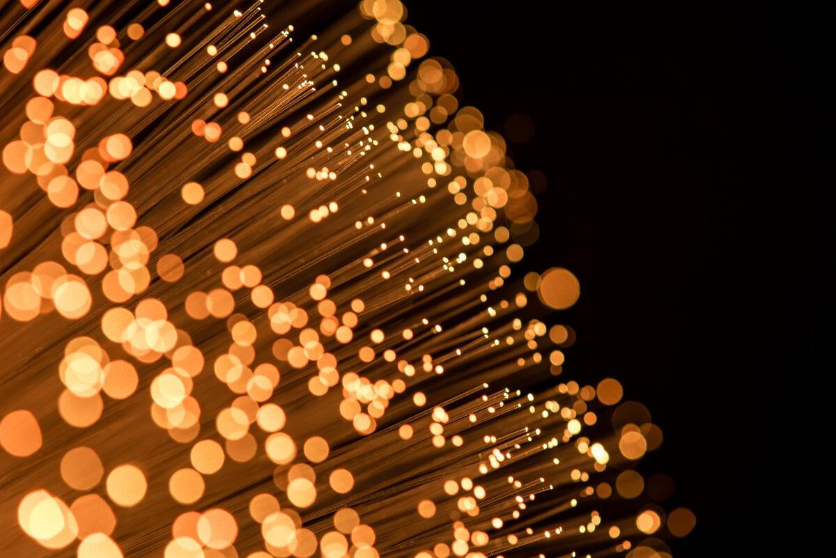 Fibre optique illuminée en lumière orange