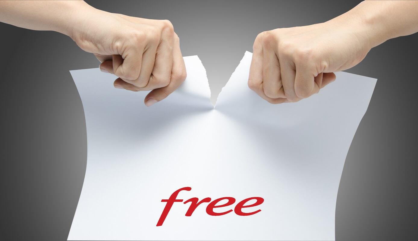 Une personne résilie son contrat Internet Free en le déchirant