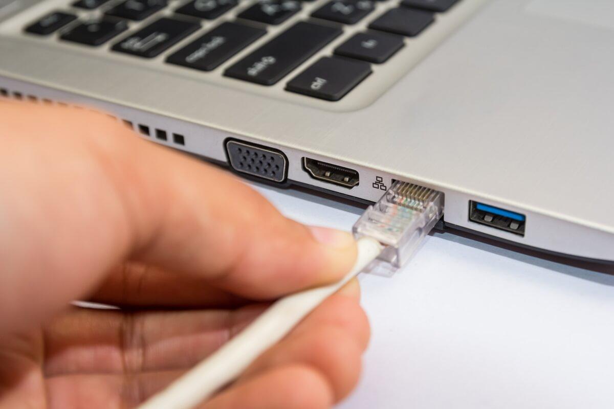 Une personne connecte son ordinateur à Internet
