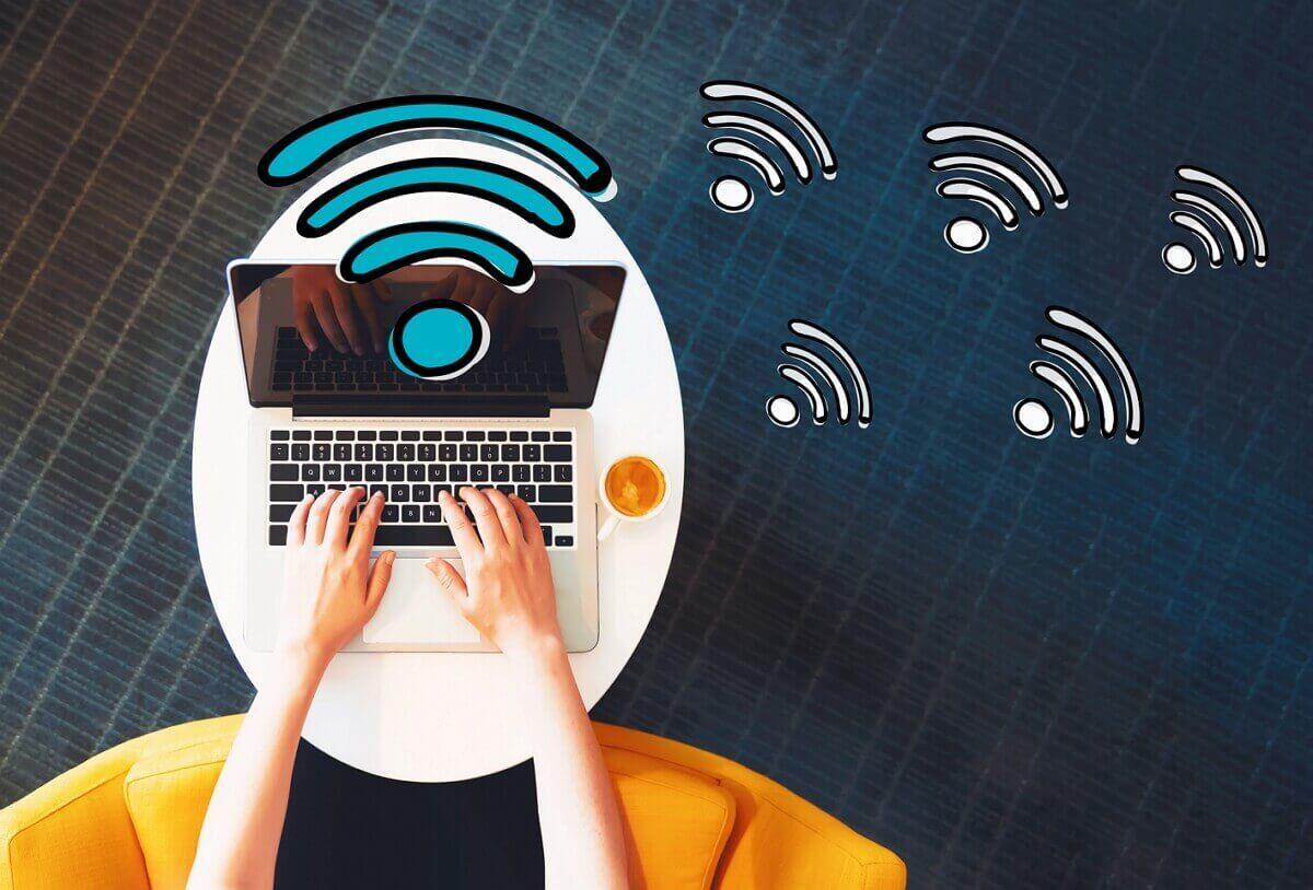 Une personne se connecte en W-Fi sur son ordinateur