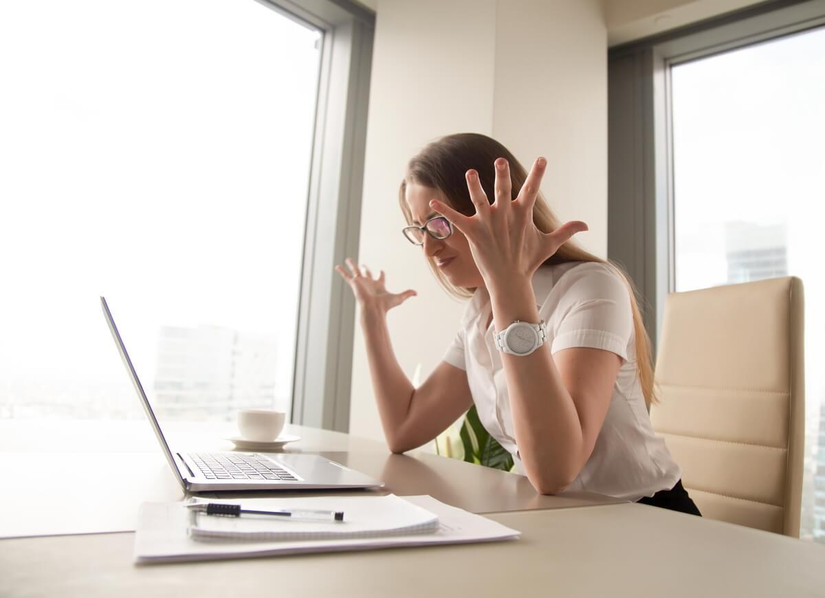 Une femme en colère parce qu'elle n'a pas assez de débit pour le télétravail