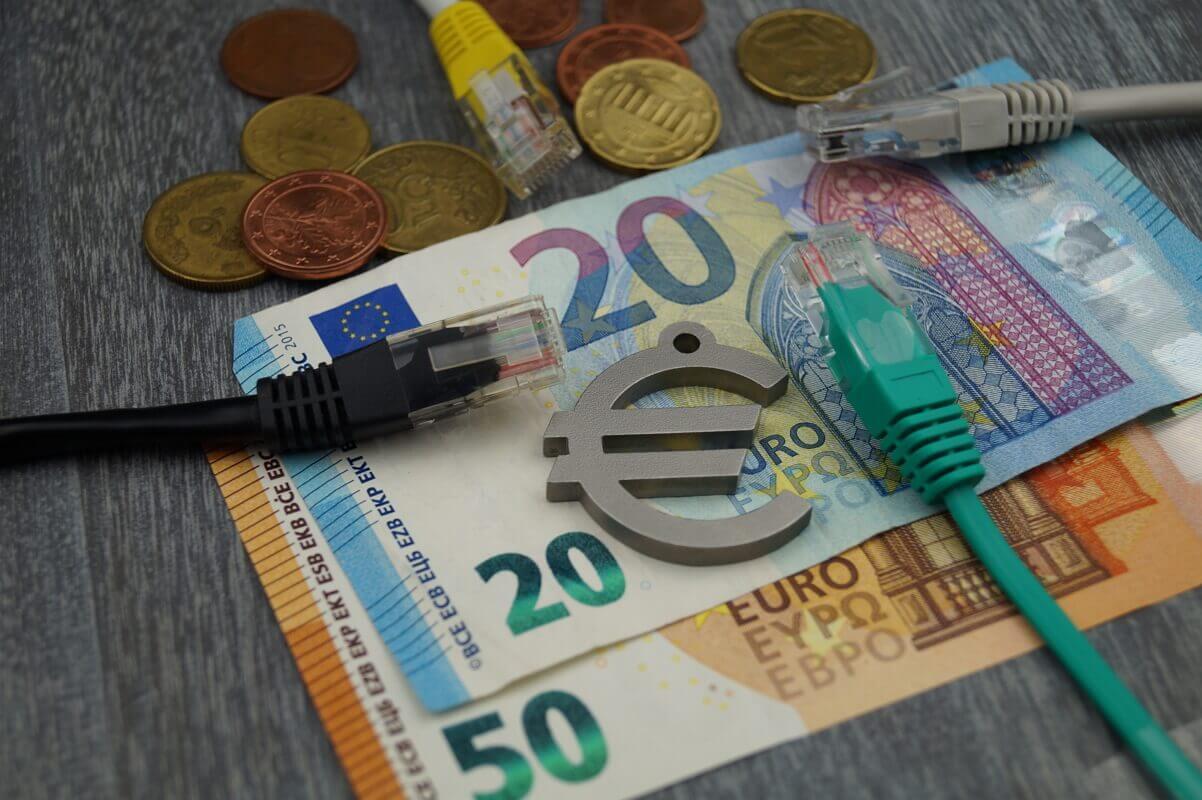 Les promos Internet du déconfinement illustrées par plusieurs câbles sur des euros