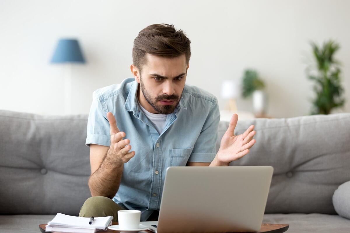 Un homme énervé par l'Internet lent pendant le confinement