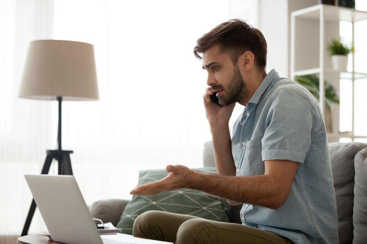 Un homme appelle le service client pour un problème Internet