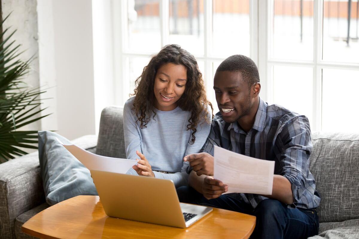 Un couple calcule ses économies box Internet et mobile sur son ordinateur