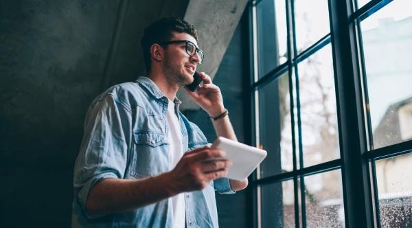 Un homme appelle avec son téléphone portable via le réseau WiFi