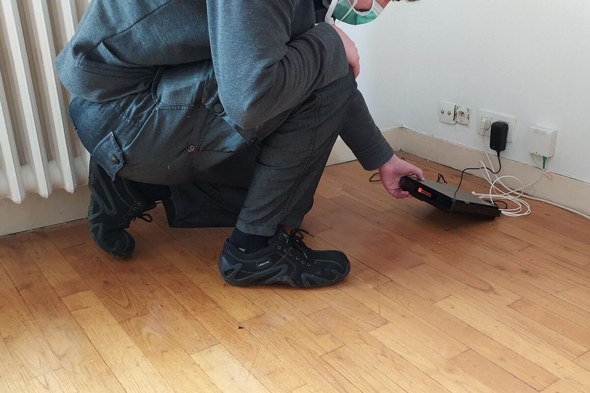 Un technicien Orange installe une Livebox fibre dans un appartement