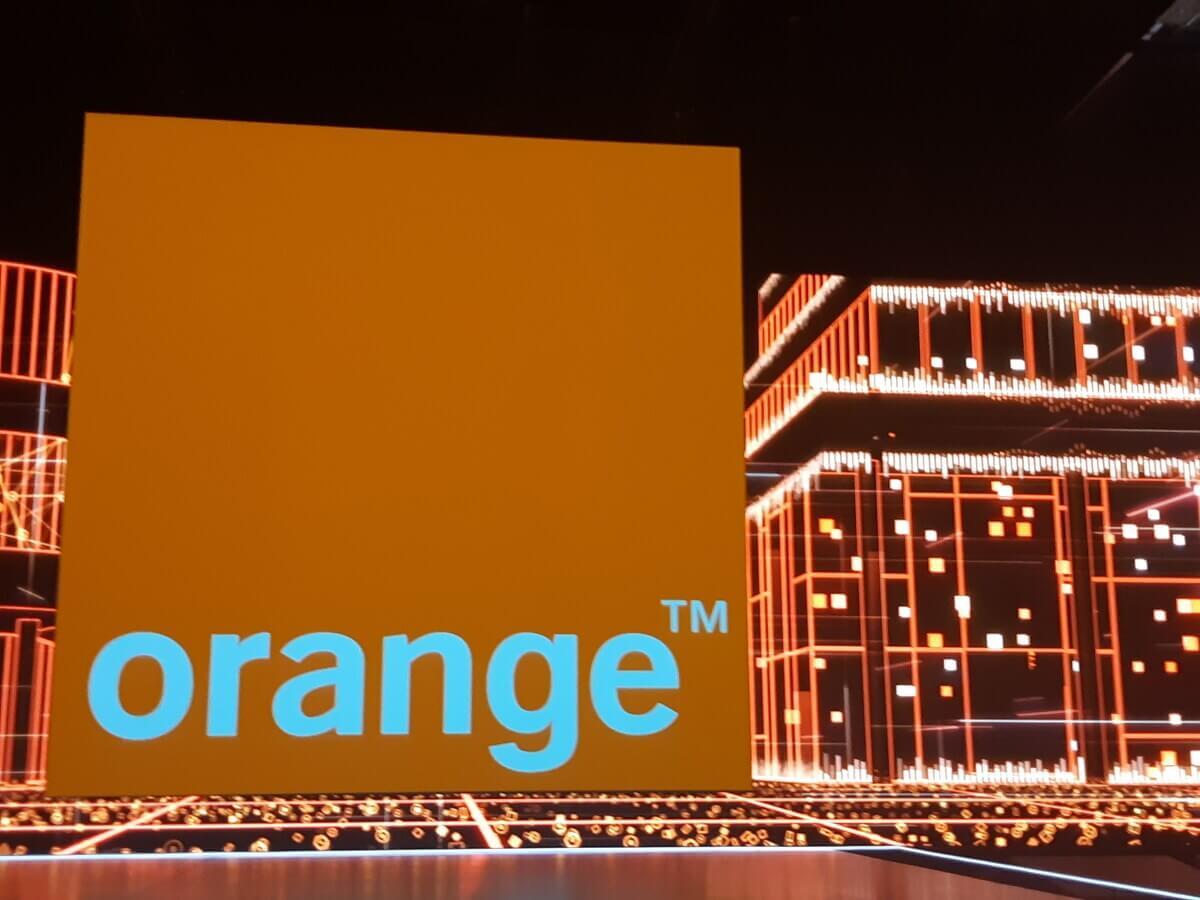 Logo d'Orange sur une scène