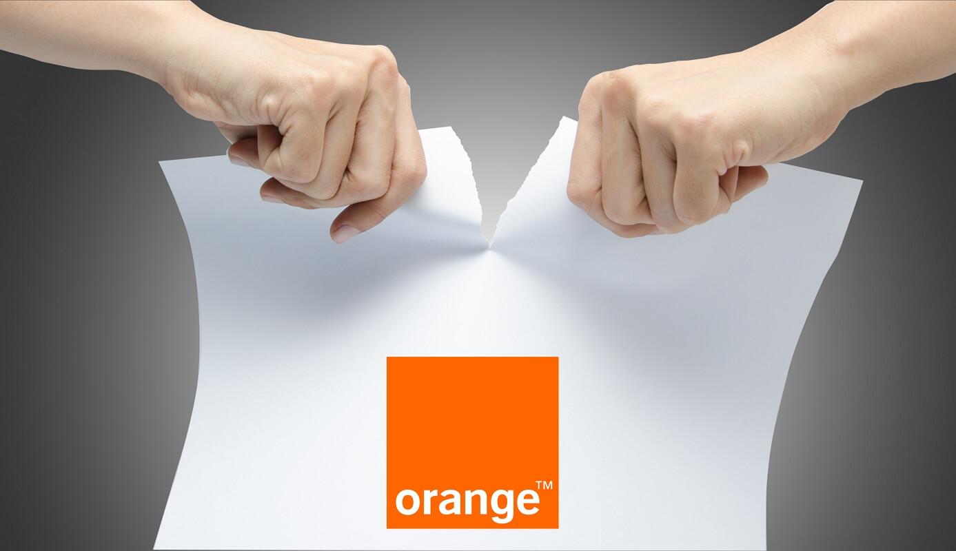 Une personne déchire son contrat Internet Orange