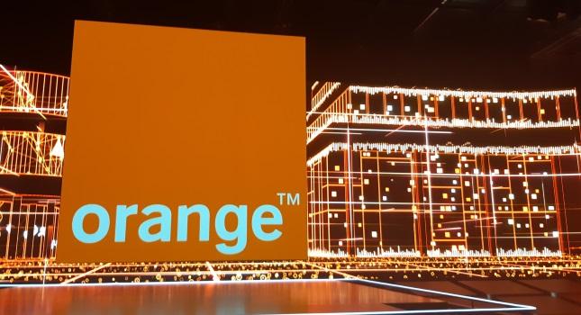 Logo d'Orange dans un décor technologique