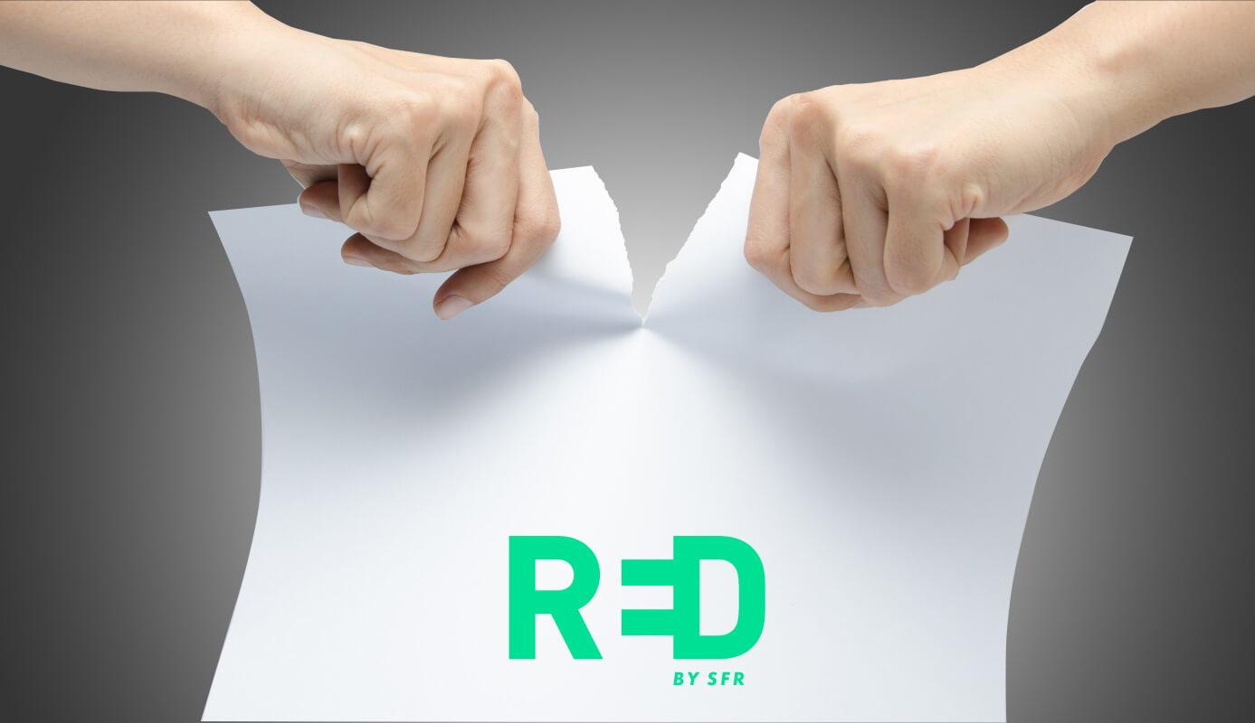 Une personne déchire la feuille de son contrat Internet RED