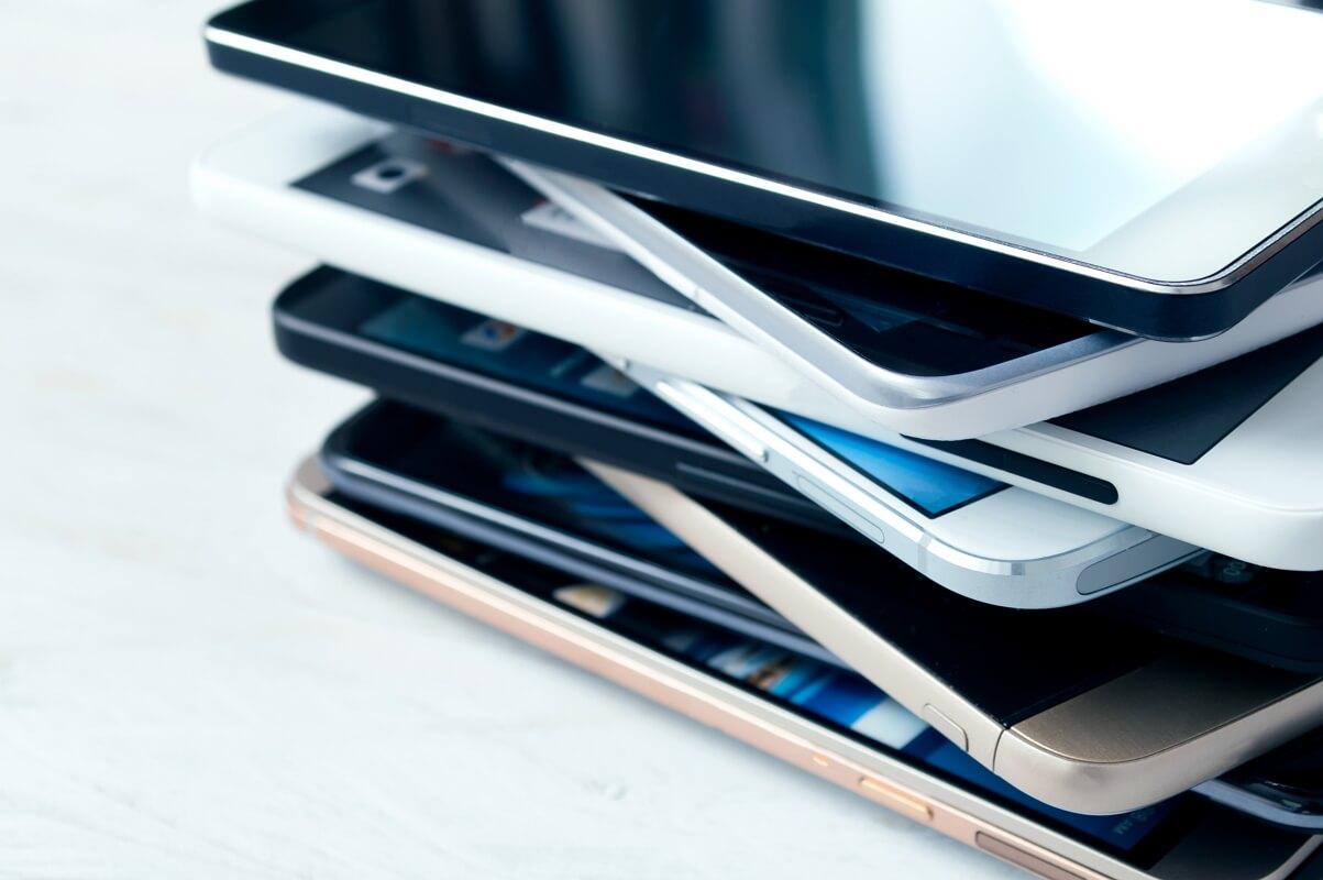 Plusieurs téléphones pas chers empilés