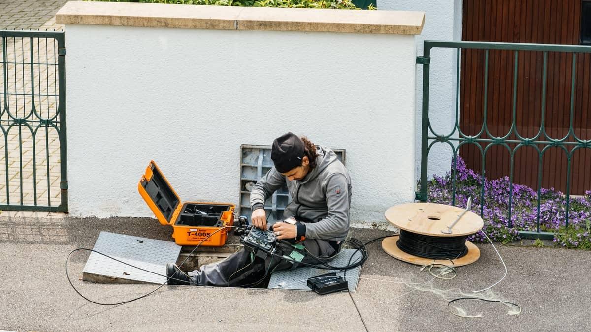 Un installateur de fibre optique