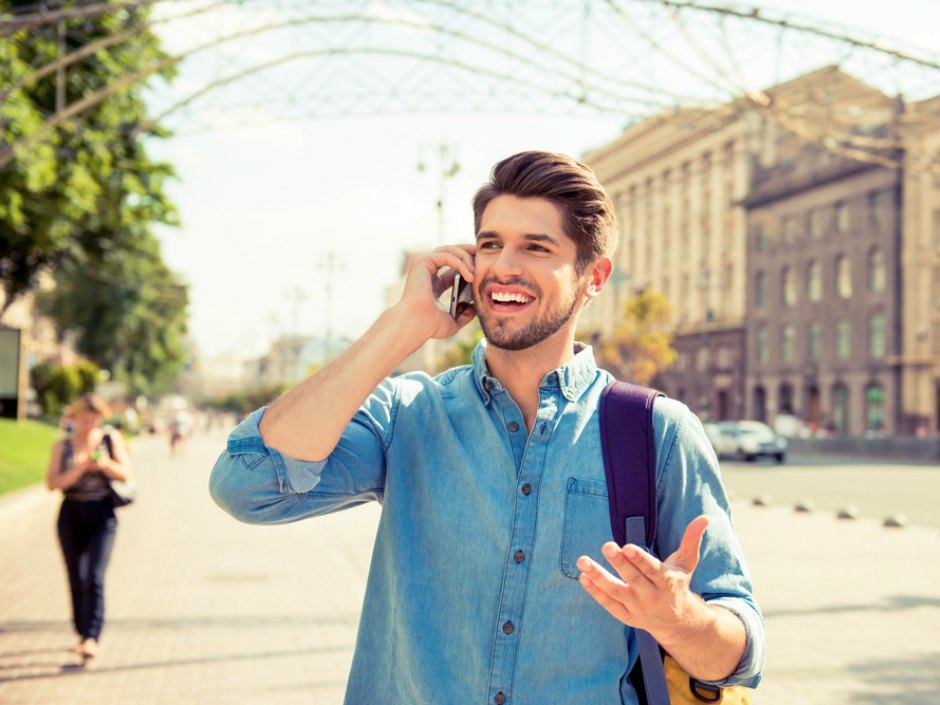 Un homme téléphone avec son portable sur son lieu de vacances en Europe